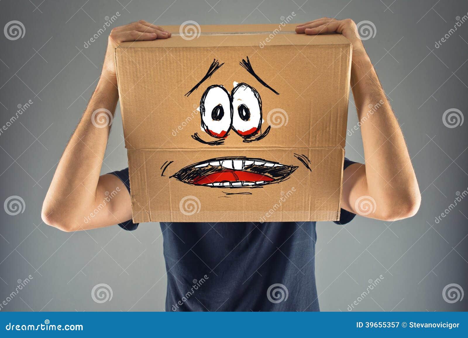 L uomo con la scatola di cartone sulla suoi testa e sguardo terrorizzato skethed