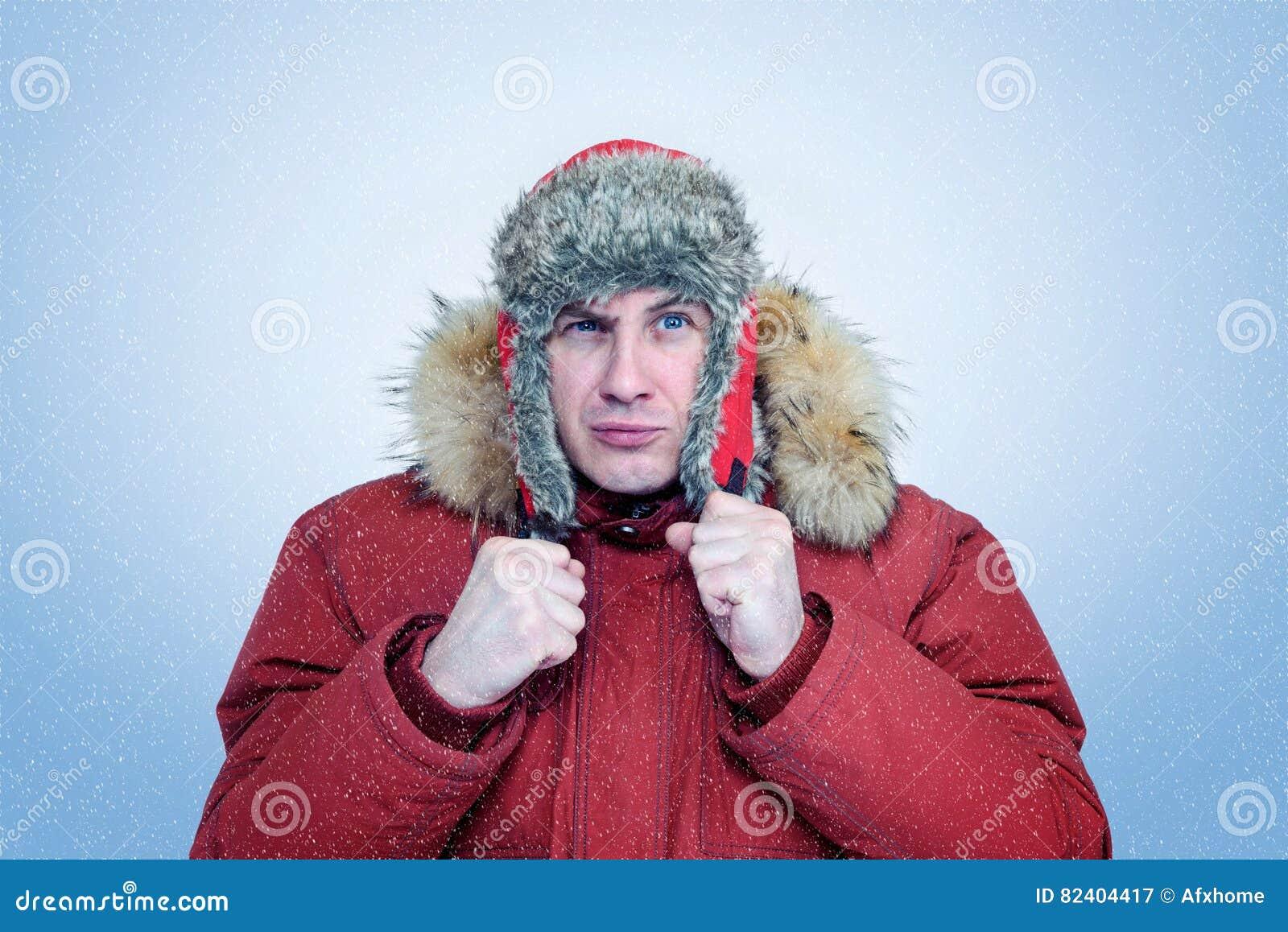 Luomo congelato nellinverno copre le orecchie di riscaldamento il