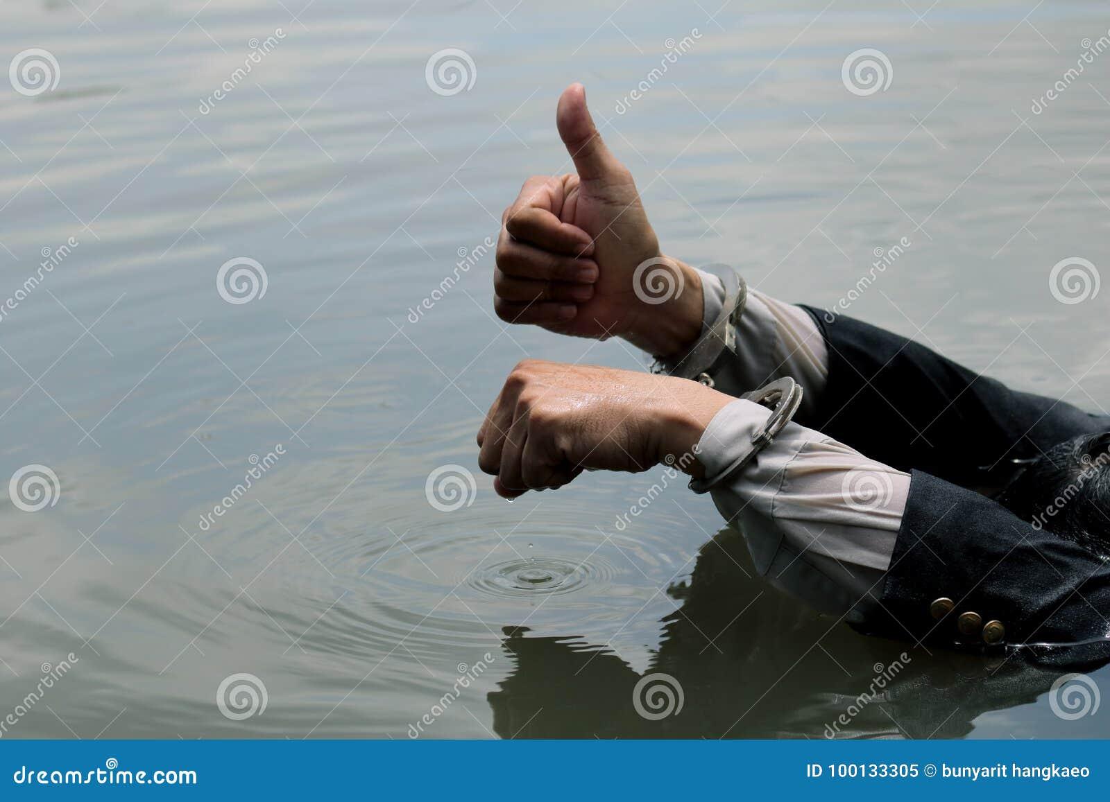 L uomo d affari è stato arrestato le manette ed annegando