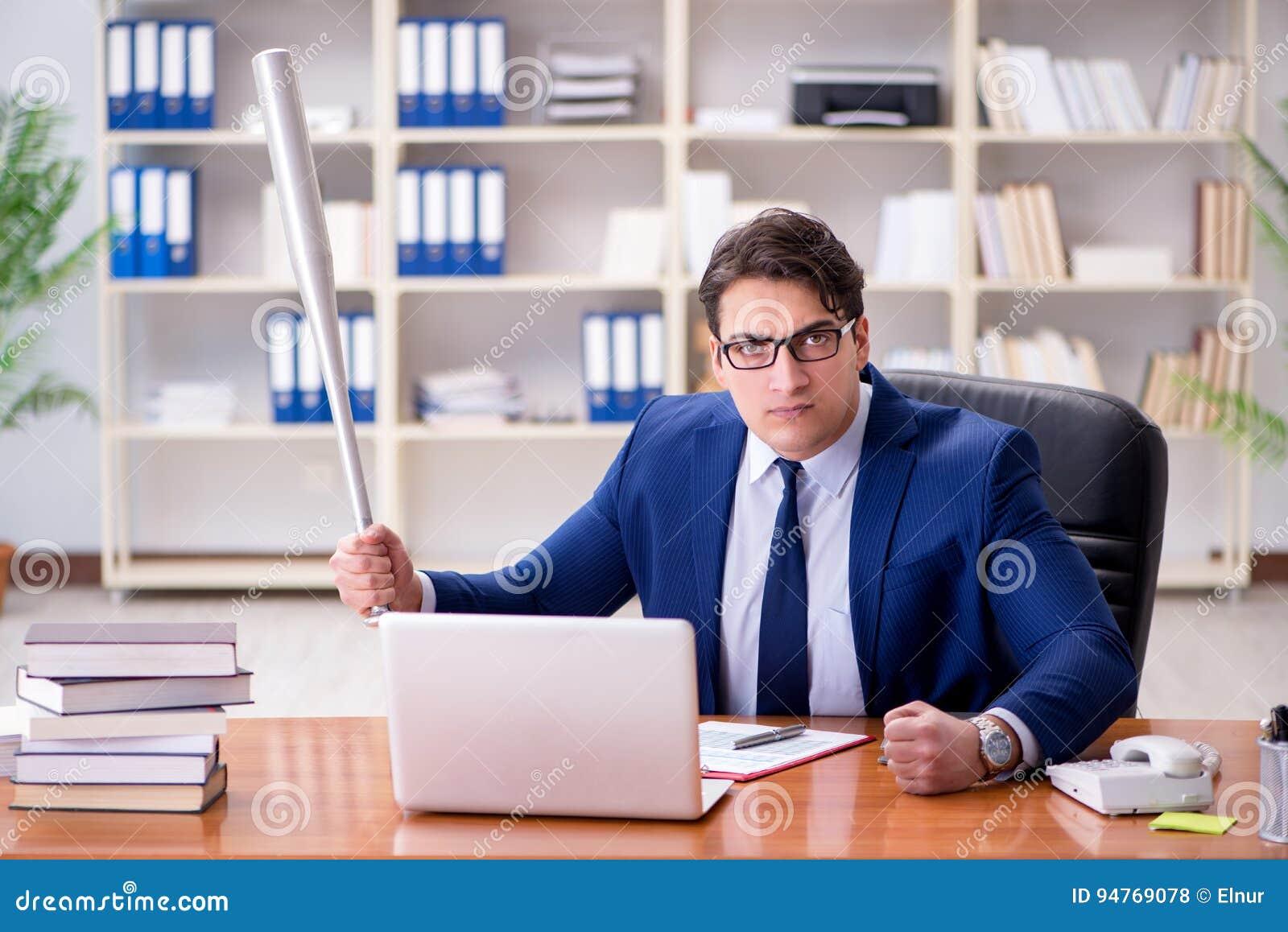 L uomo d affari aggressivo arrabbiato nell ufficio