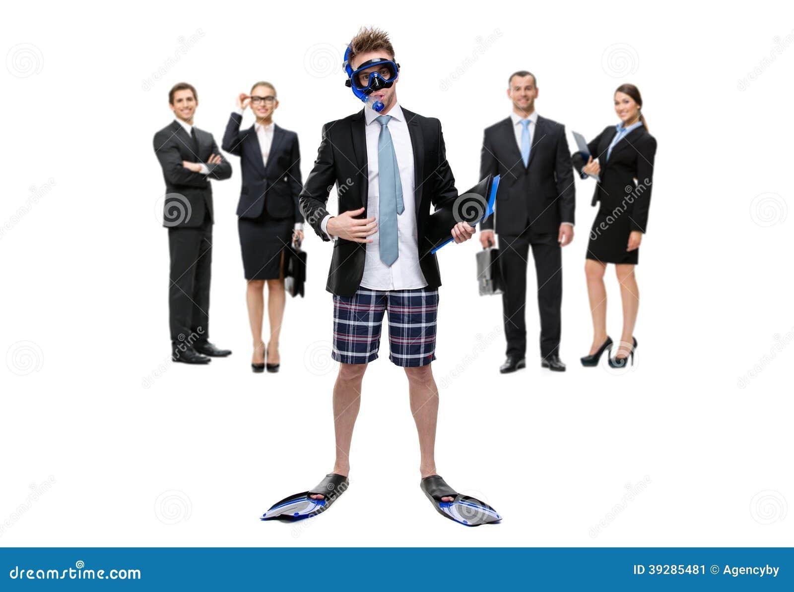 L uomo d affari in alette e negli occhiali di protezione sta contro il gruppo di responsabili