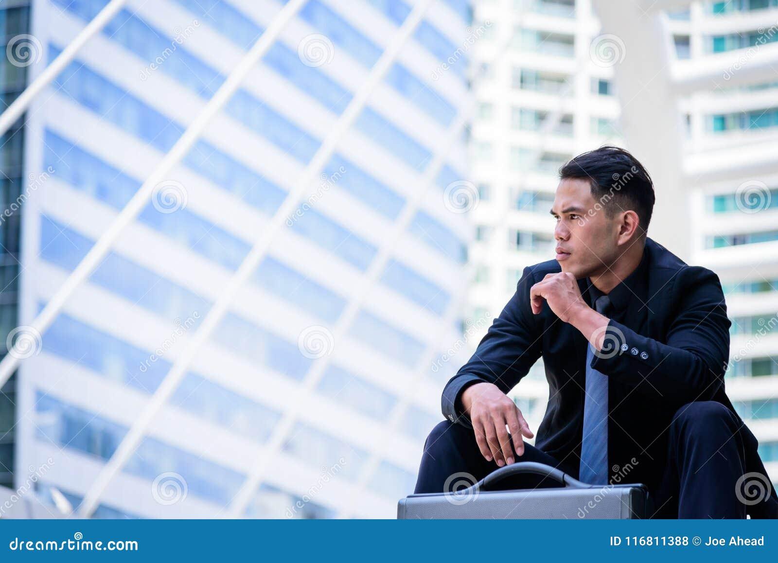 L uomo d affari asiatico ha il pensiero e sguardo in avanti al fu
