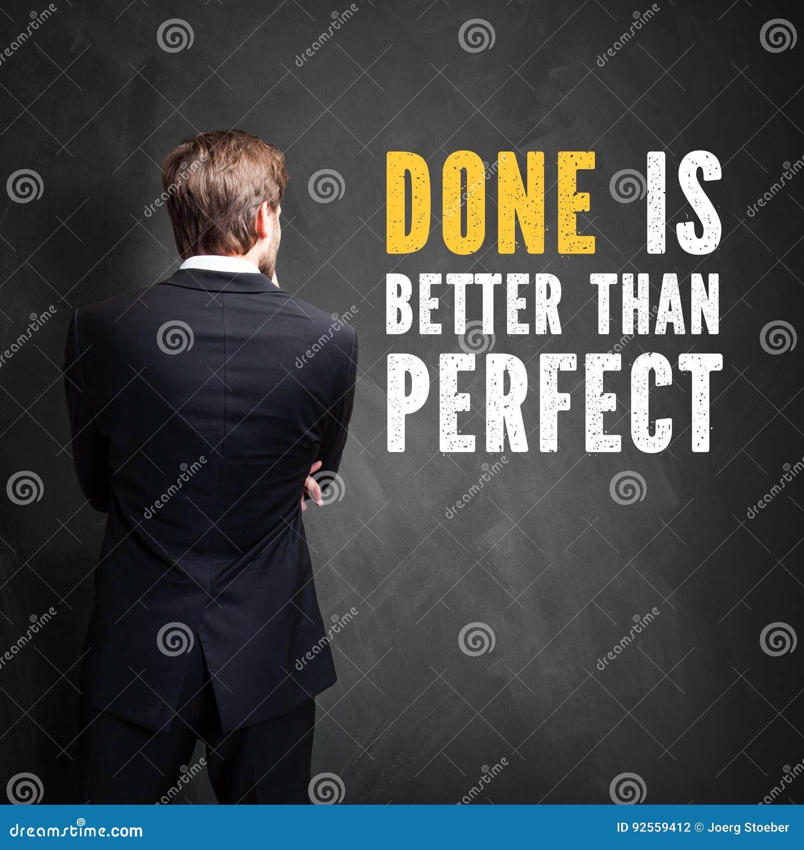 L uomo d affari che sta davanti alla lavagna con il ` del messaggio fatto è migliore perfetto del `