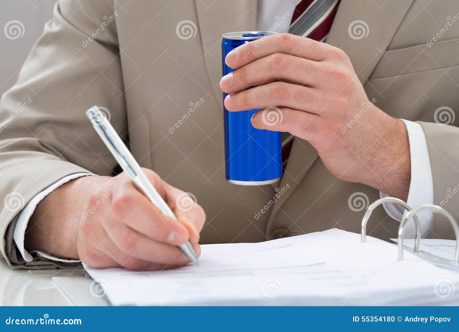 L uomo d affari con la bevanda può e documento