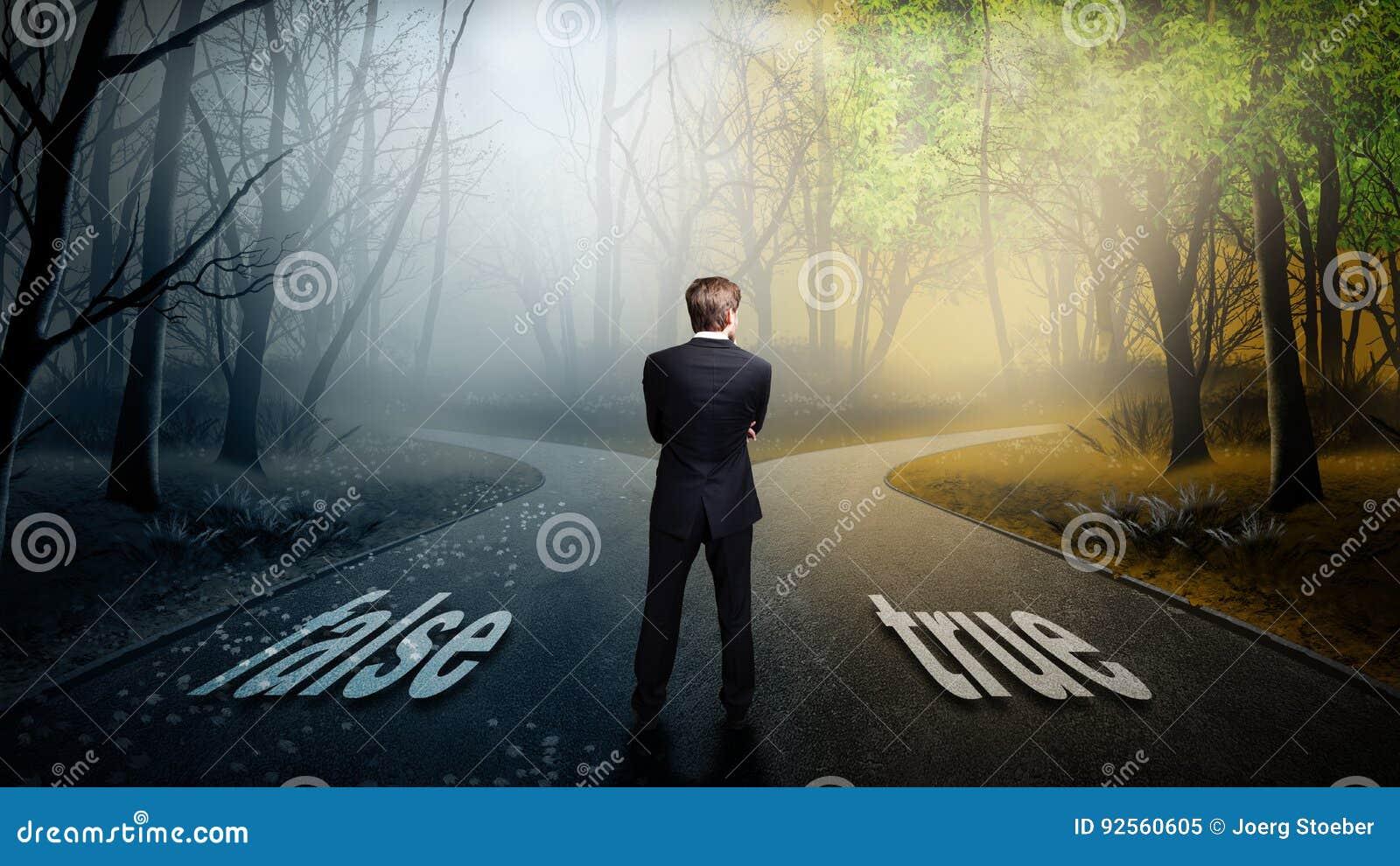 L uomo d affari deve decidere la quale direzione è migliore con il ` falso del ` di parole e il ` vero del `