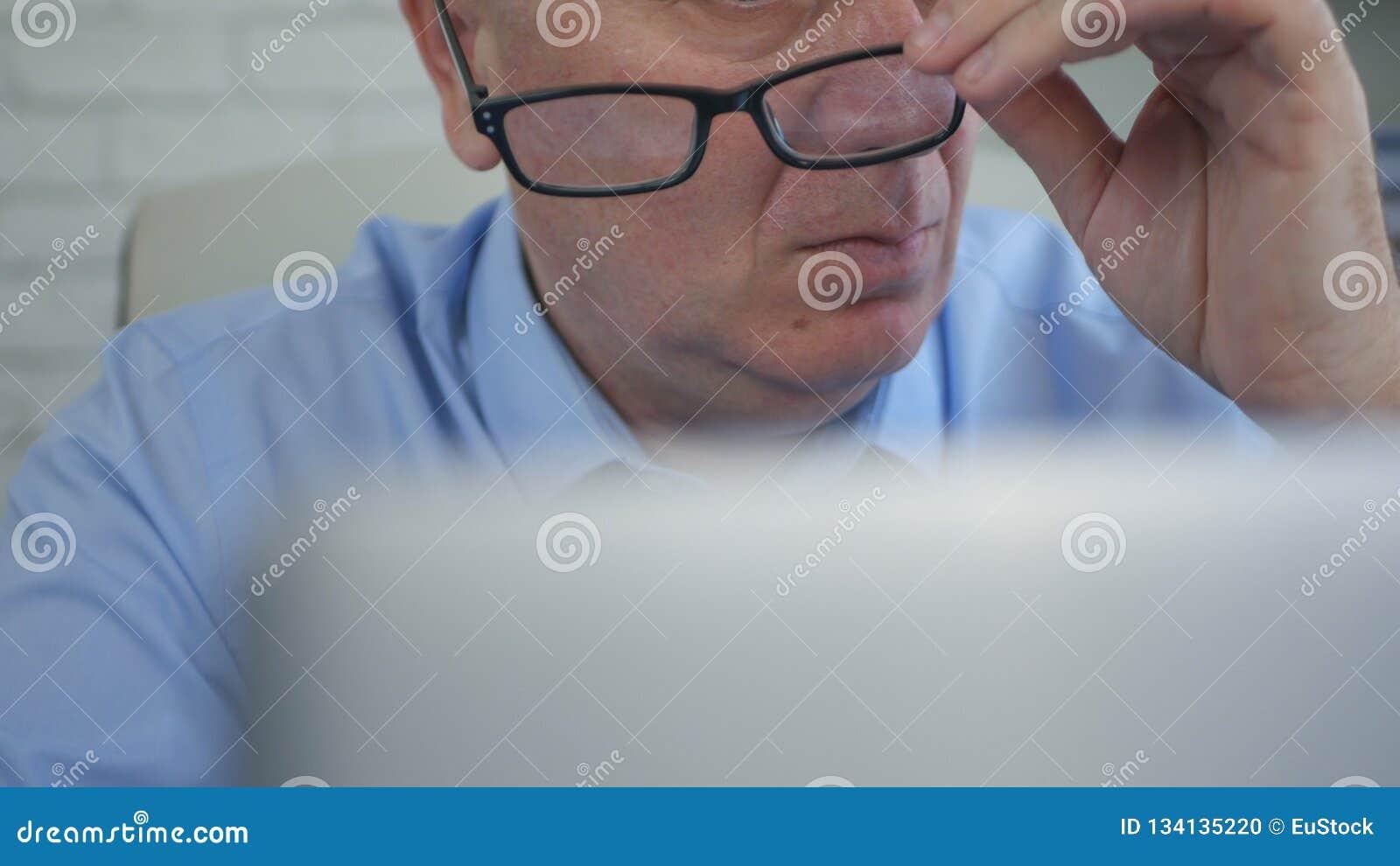 L uomo d affari Finishing Office Work elimina i suoi vetri