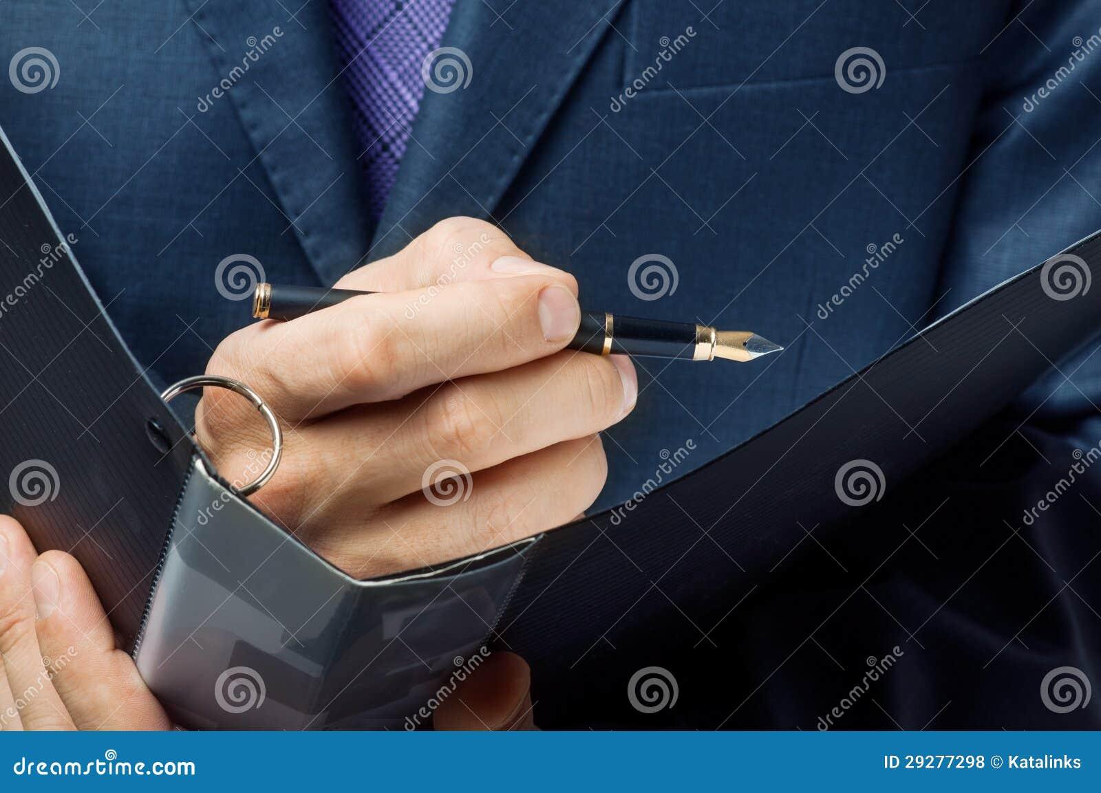L uomo d affari firma su il contratto