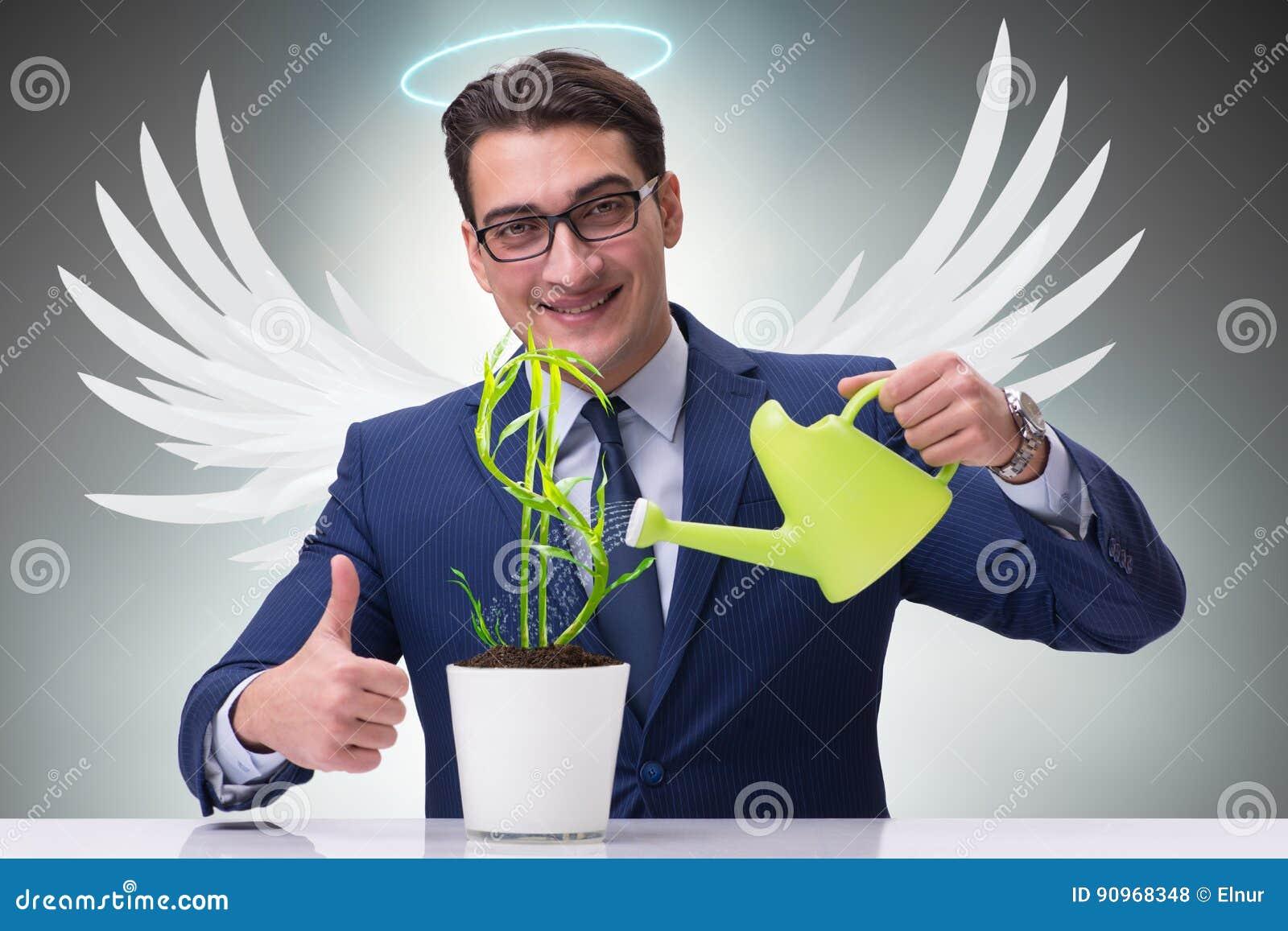 L uomo d affari in futuro crescente di concetto dell investitore di angelo usufruisce