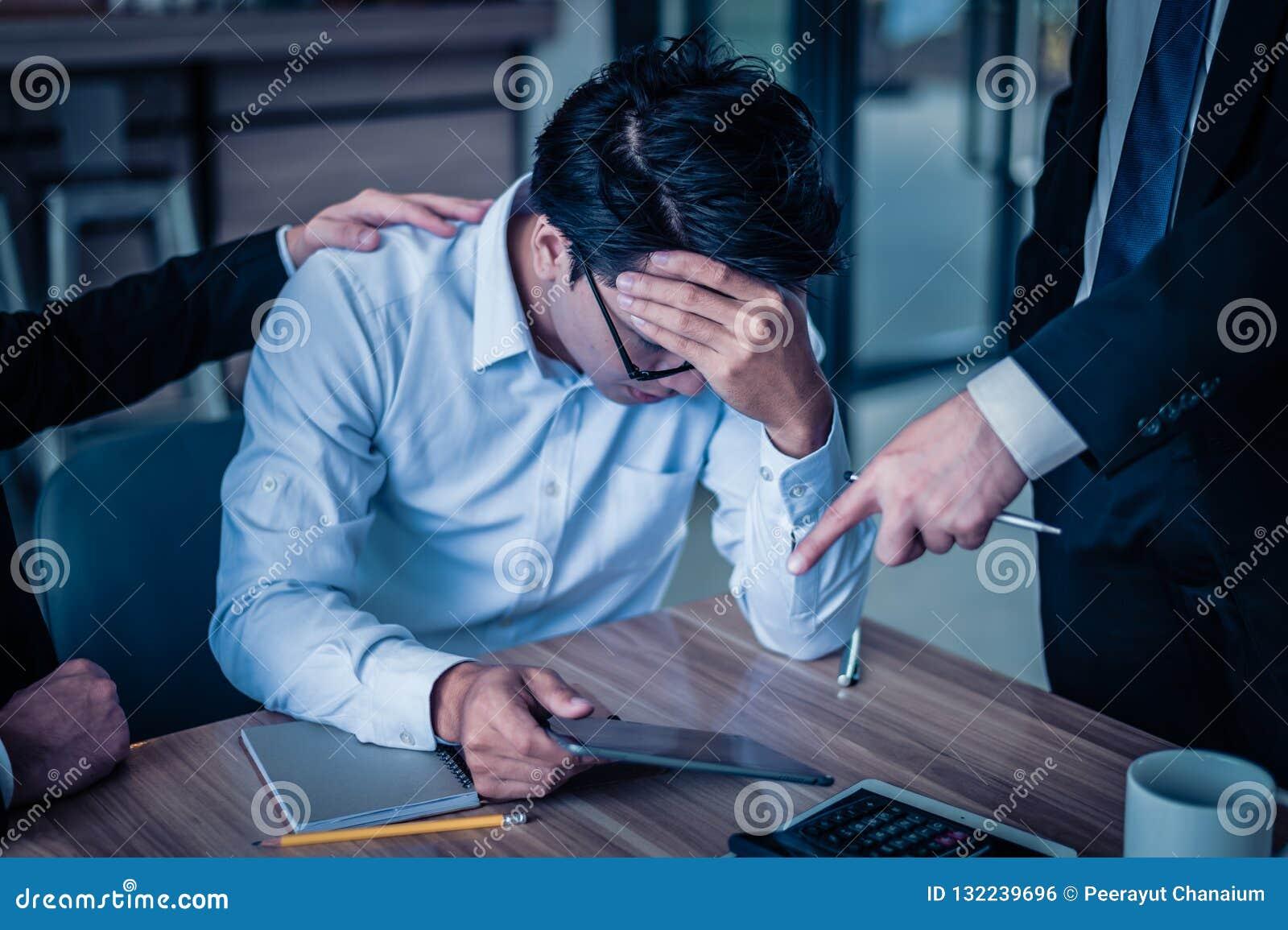 L uomo d affari ha gridato all impiegato ed indica il suo dito per riferire sullo smartphone, è molto arrabbiato per diminuzione
