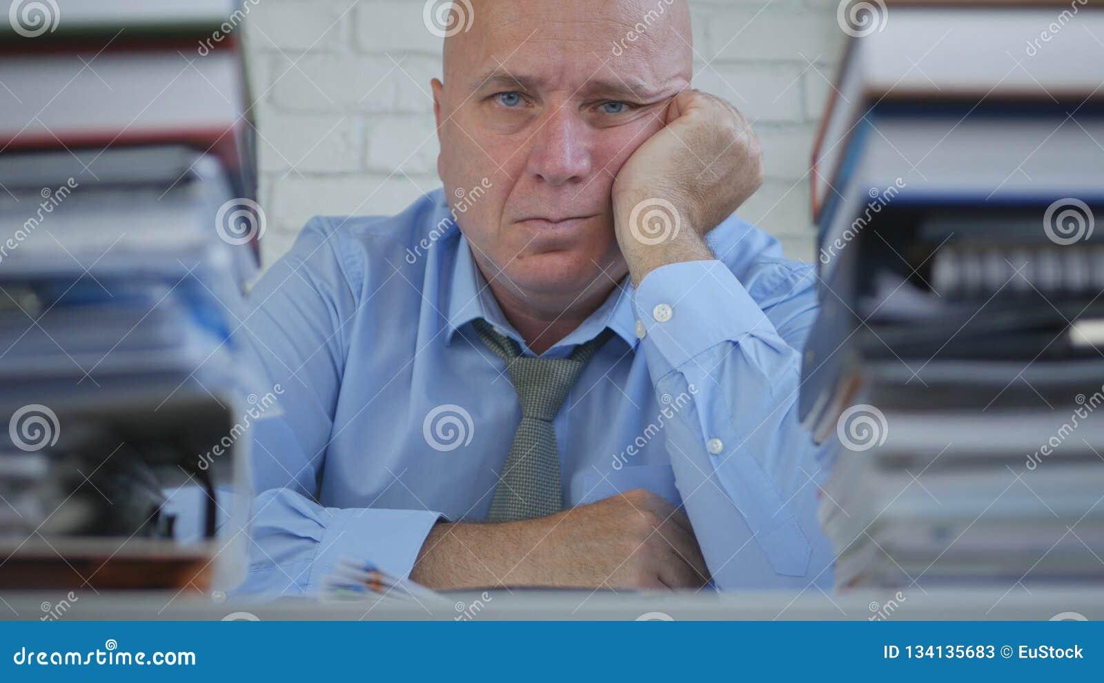 L uomo d affari Image Look Pensive ed il soggiorno hanno alesato nella stanza dell ufficio