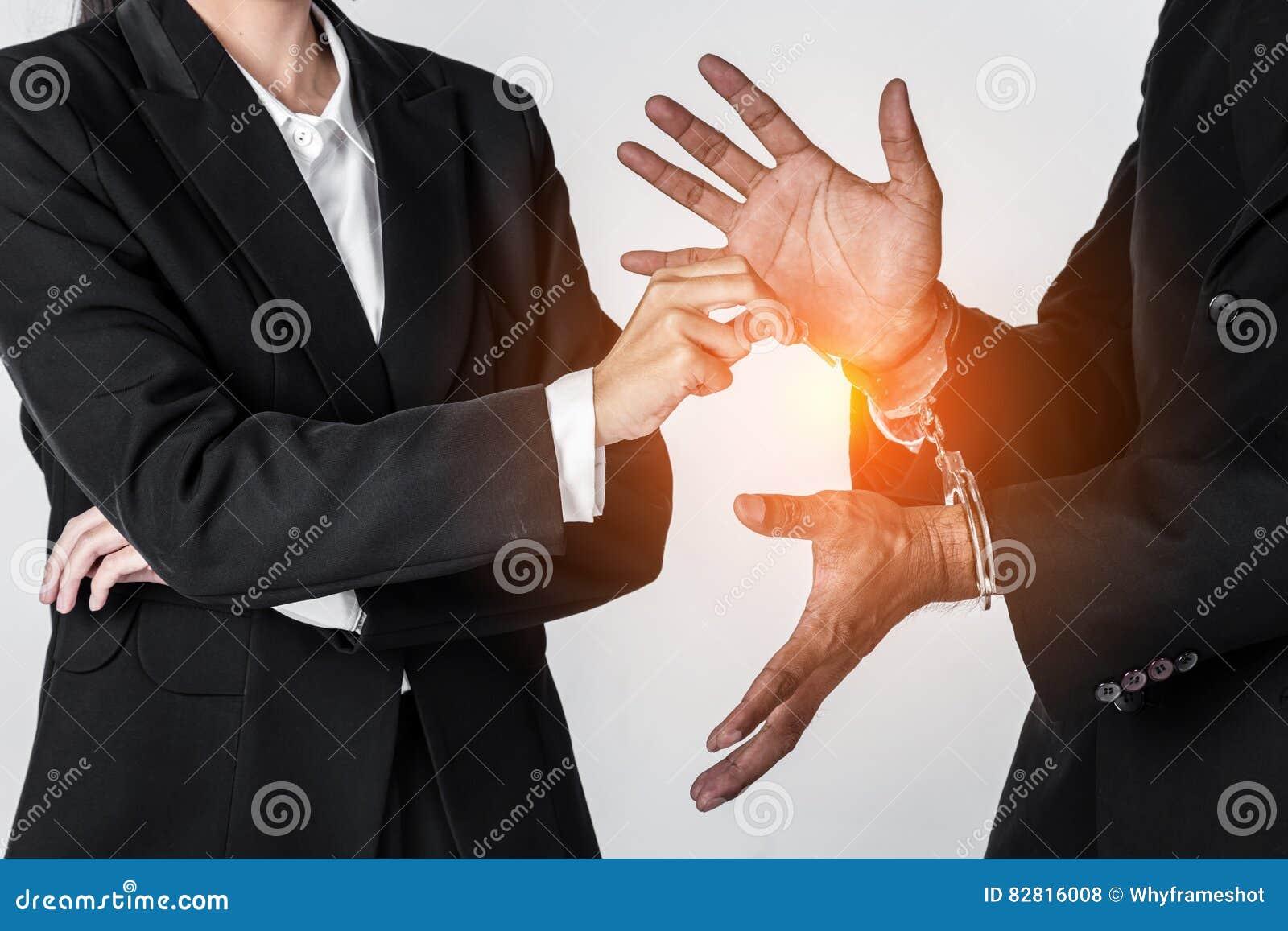 L uomo d affari in manette e la donna passano la chiave d offerta che risolve il bus