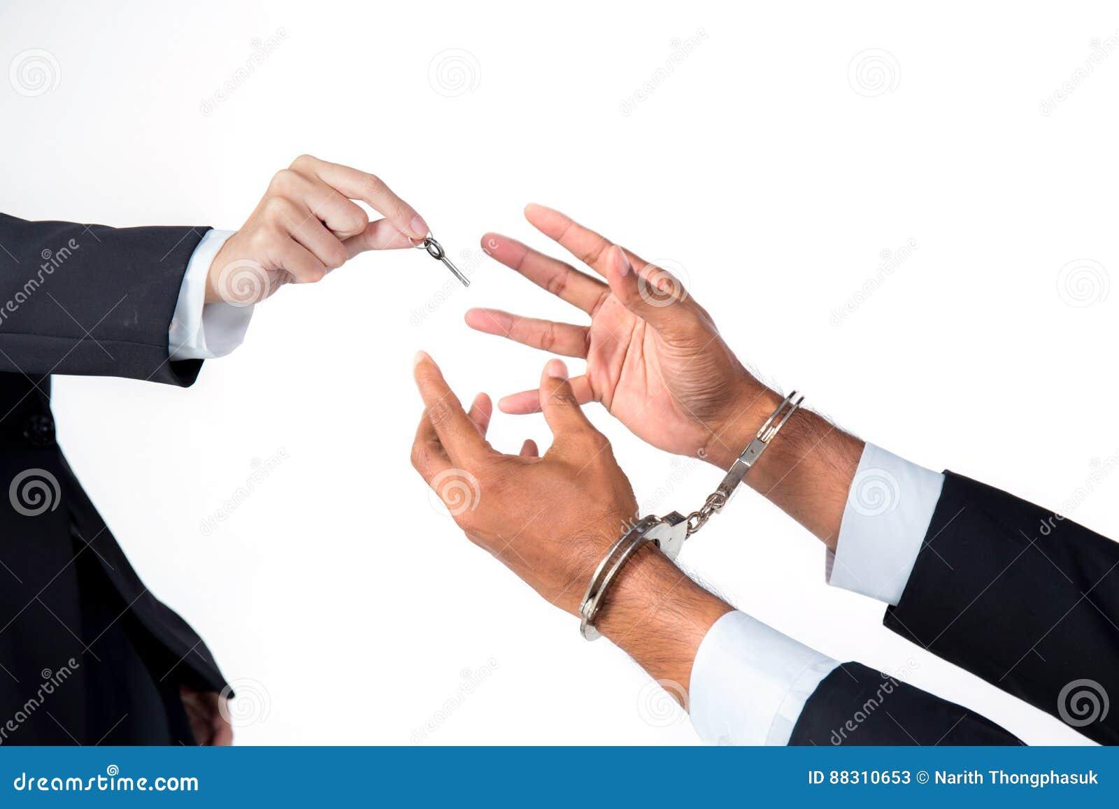 L uomo d affari in manette e la donna passano la soluzione d offerta di chiave