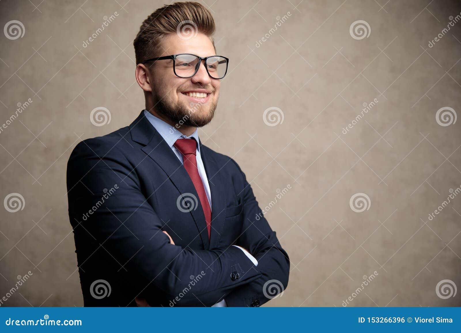 L uomo d affari positivo che sorride con la sua mano ha piegato