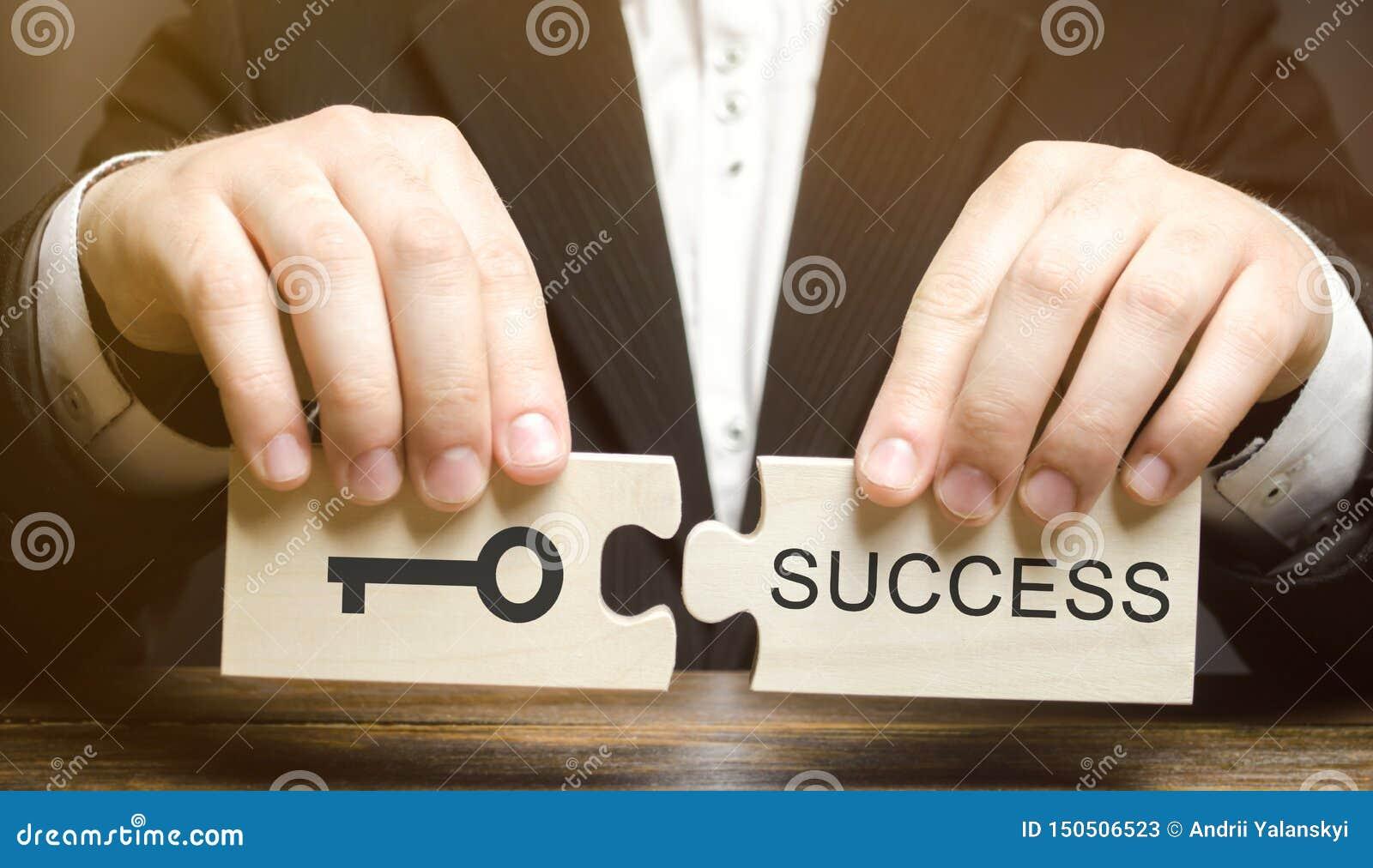L uomo d affari raccoglie i puzzle di legno chiave a successo Concetto di raggiungimento dello scopo, superante le difficoltà, op