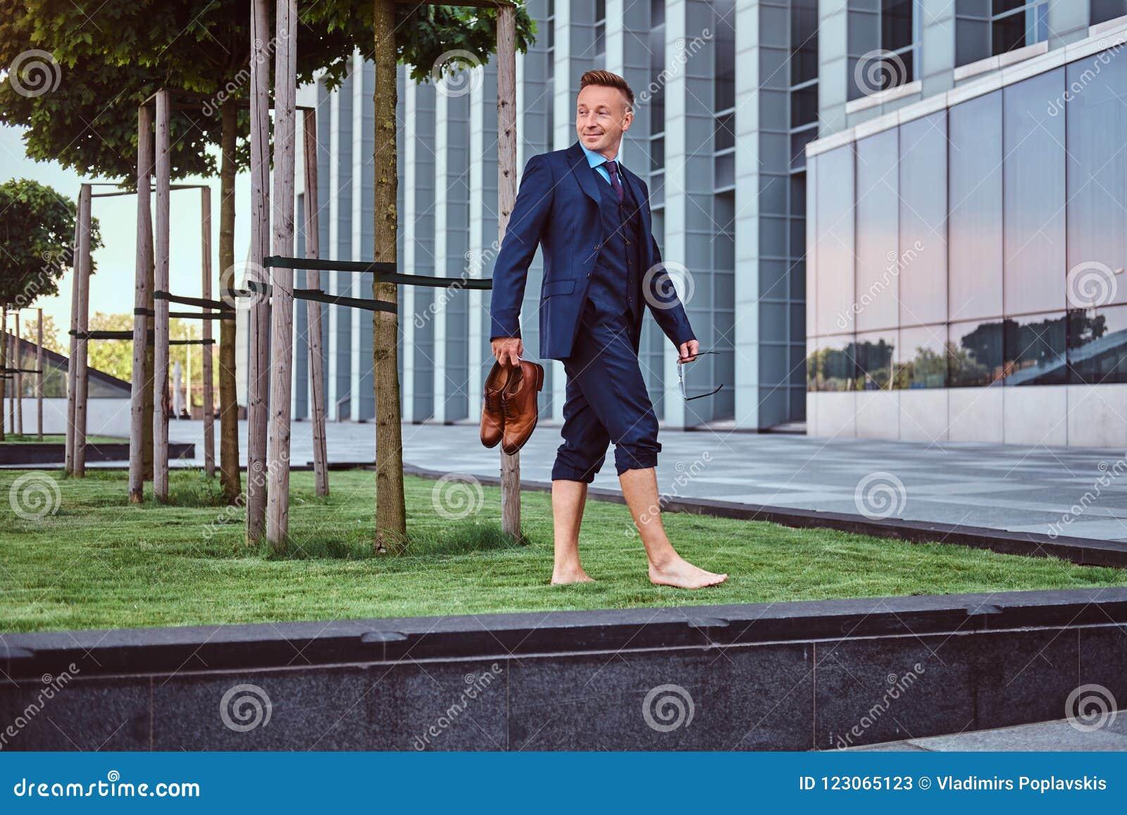 Vestiti Eleganti In Inglese.L Uomo D Affari Sicuro Ha Vestito Nelle Tenute Eleganti Del