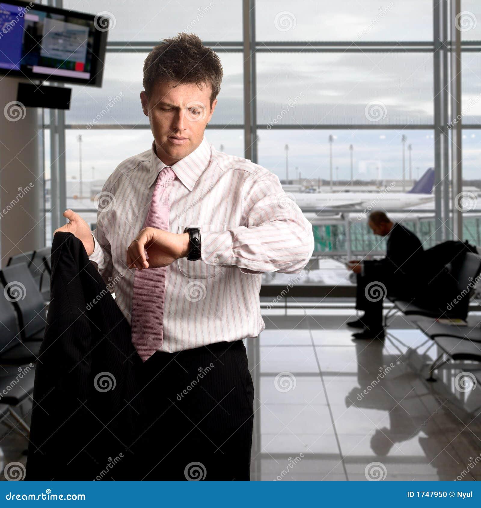 L uomo d affari sta attendendo sull aeroporto