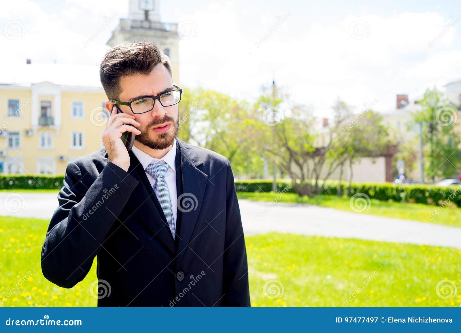 L uomo d affari sta parlando sul telefono