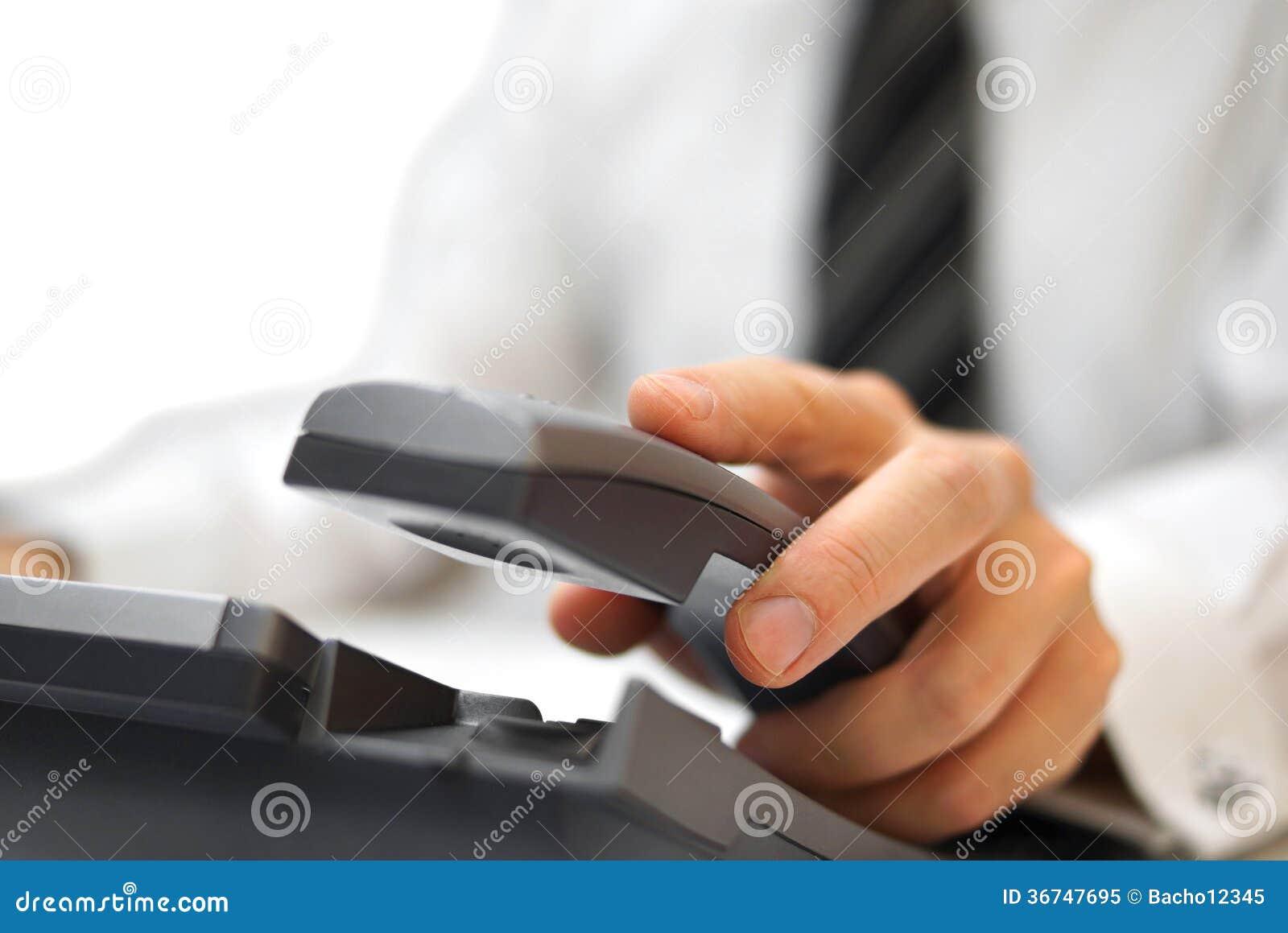 L uomo d affari sta rispondendo al telefono