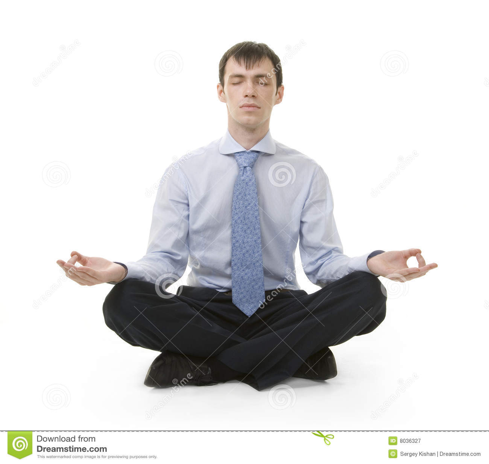 L uomo d affari sta sedendosi nella posizione di yoga