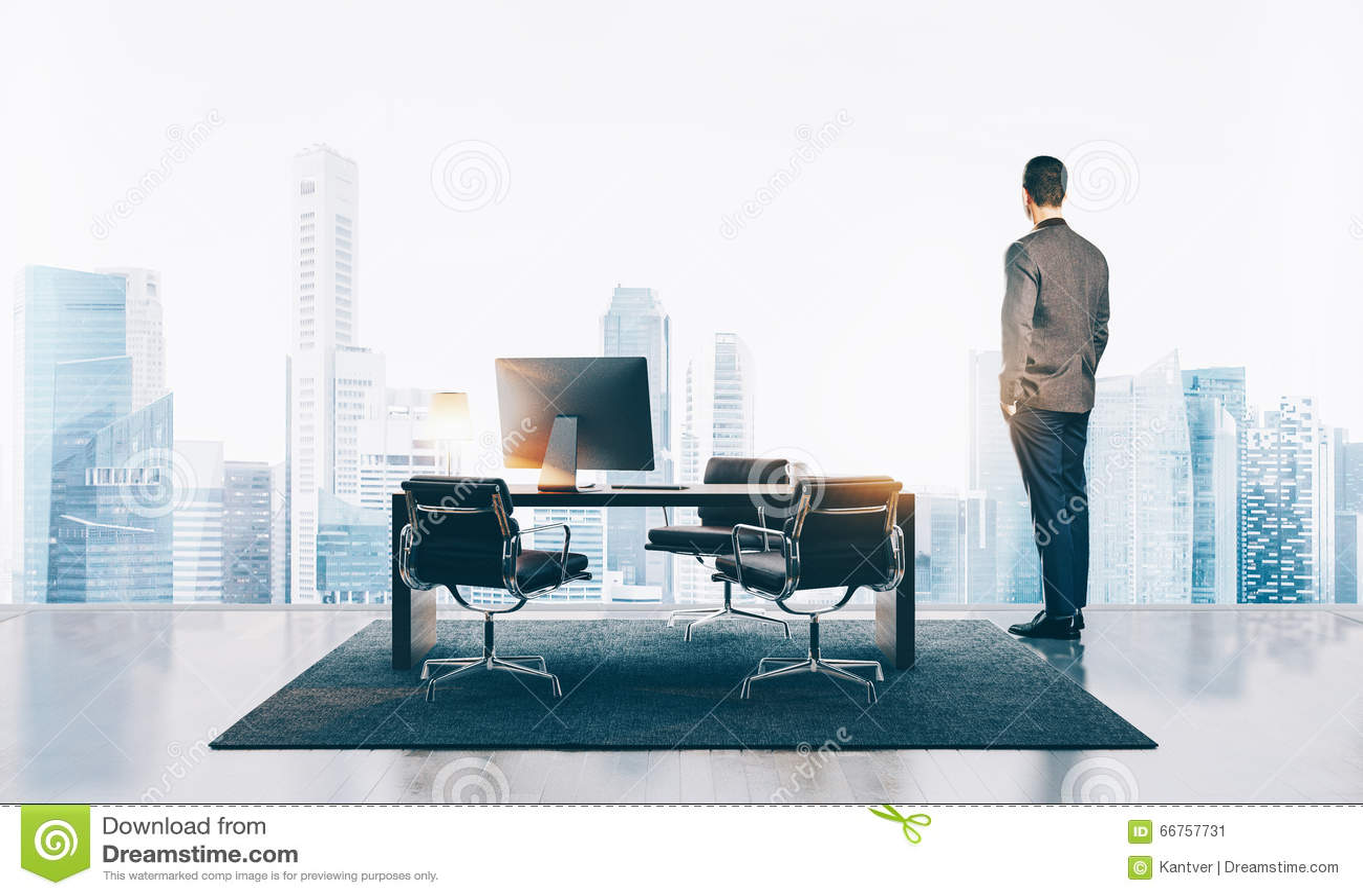 L uomo d affari sta in ufficio contemporaneo e nell esame della città orizzontale