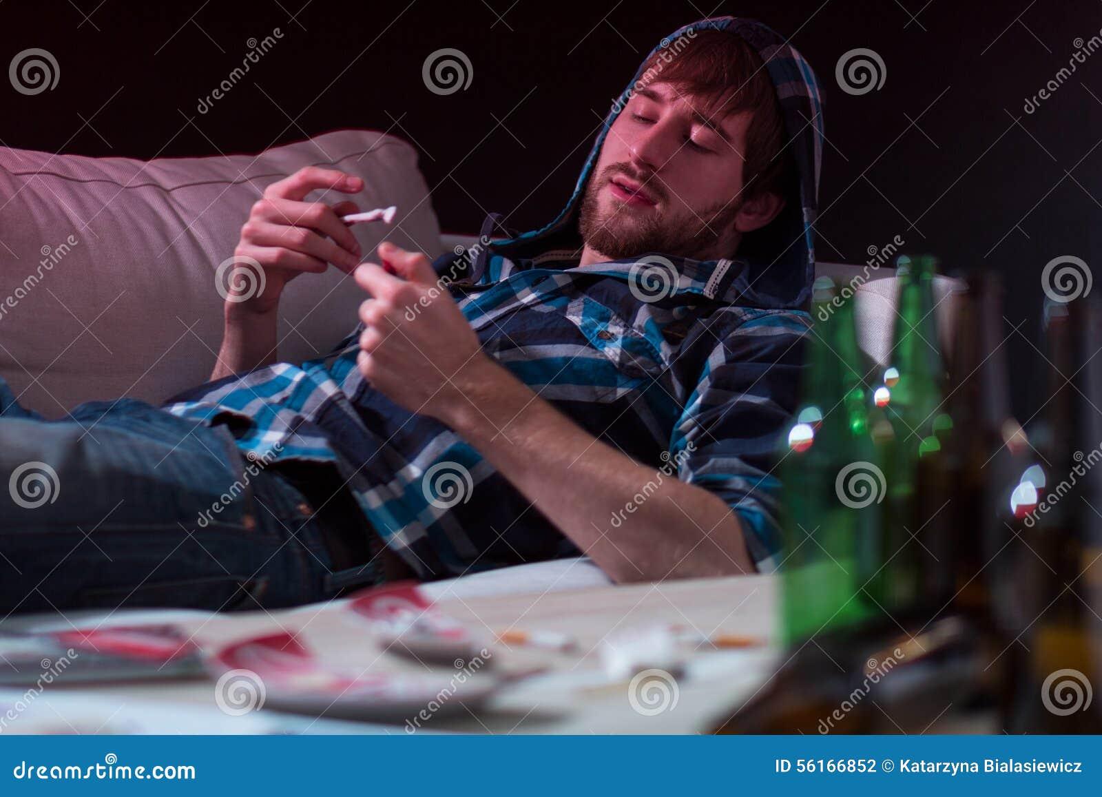 L uomo del drogato inforna un giunto