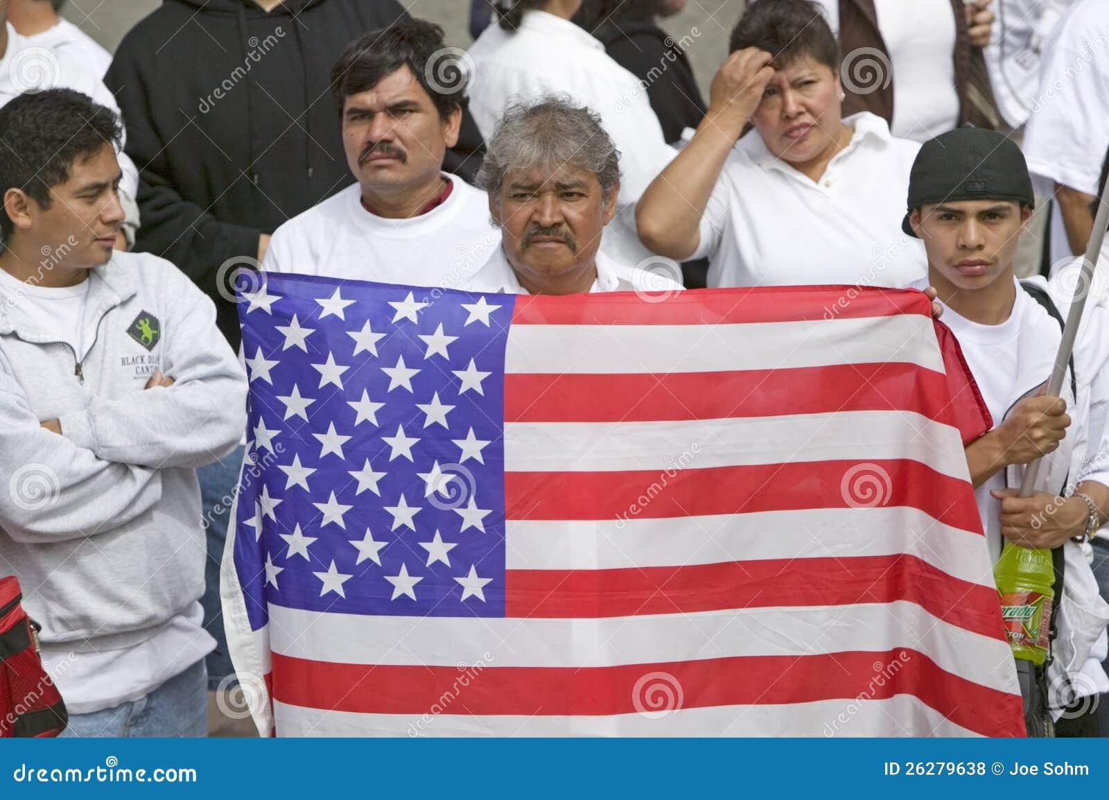 L uomo dell America latina tiene la bandierina degli Stati Uniti