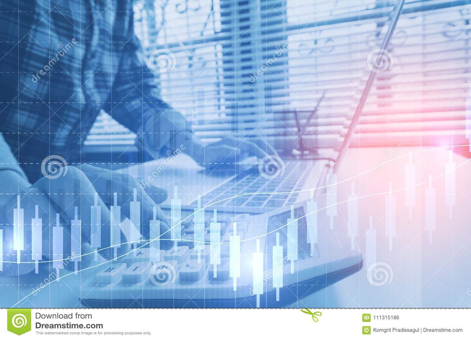 L uomo di affari calcola circa costo e finanza fare all ufficio