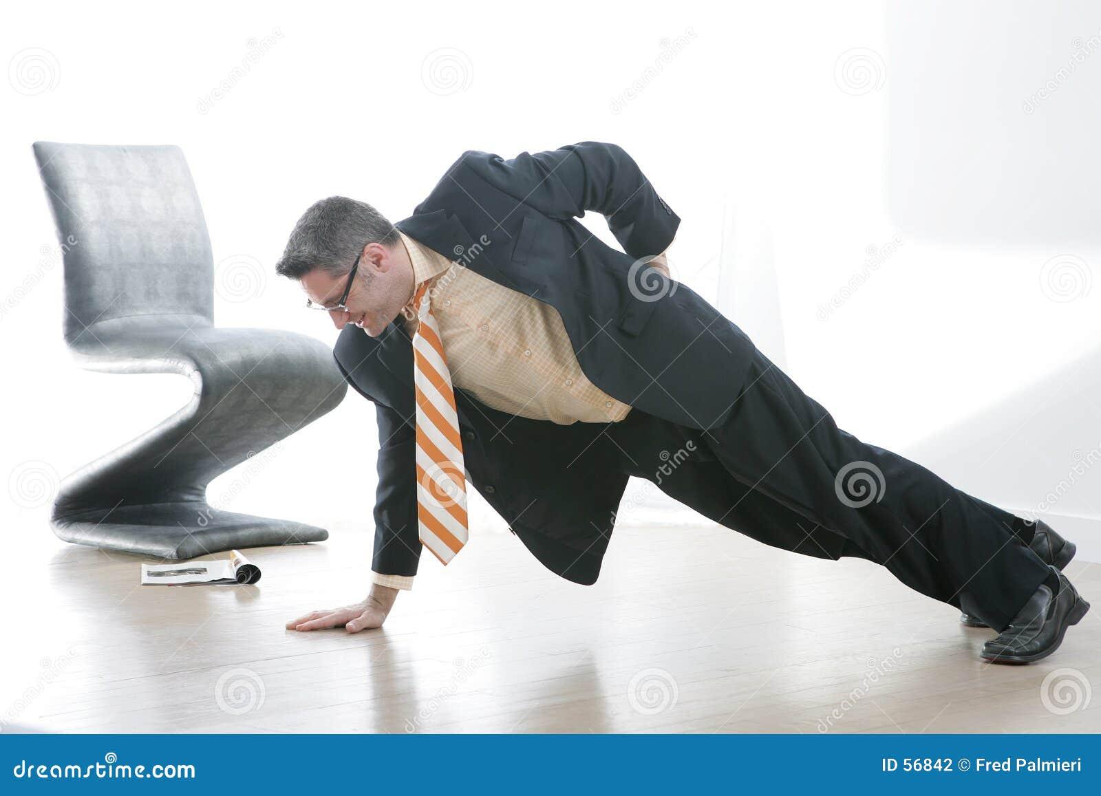 L uomo di affari fa un Pushup munito