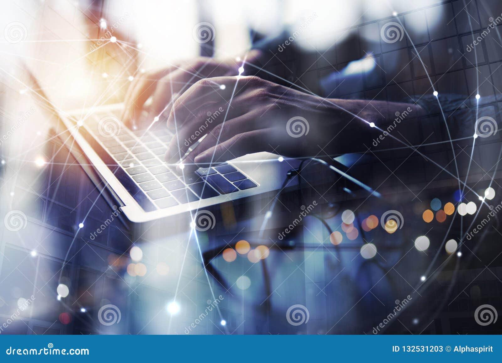 L uomo di affari lavora in ufficio con il computer portatile Concetto della rete Internet Doppia esposizione