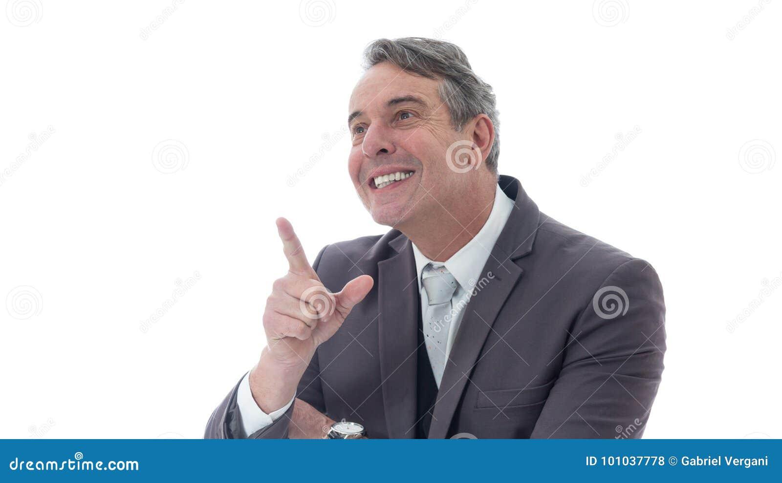 L uomo di mezza età è felice ed indica verso l alto Dirigente in vestito o