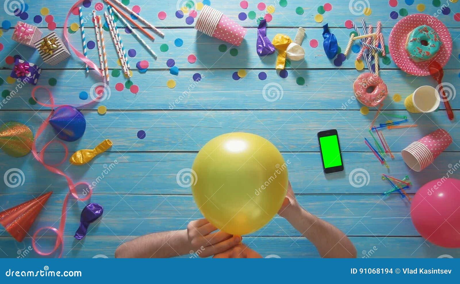 Tavolo Compleanno Uomo : L uomo di vista superiore gonfia l impulso di compleanno smart