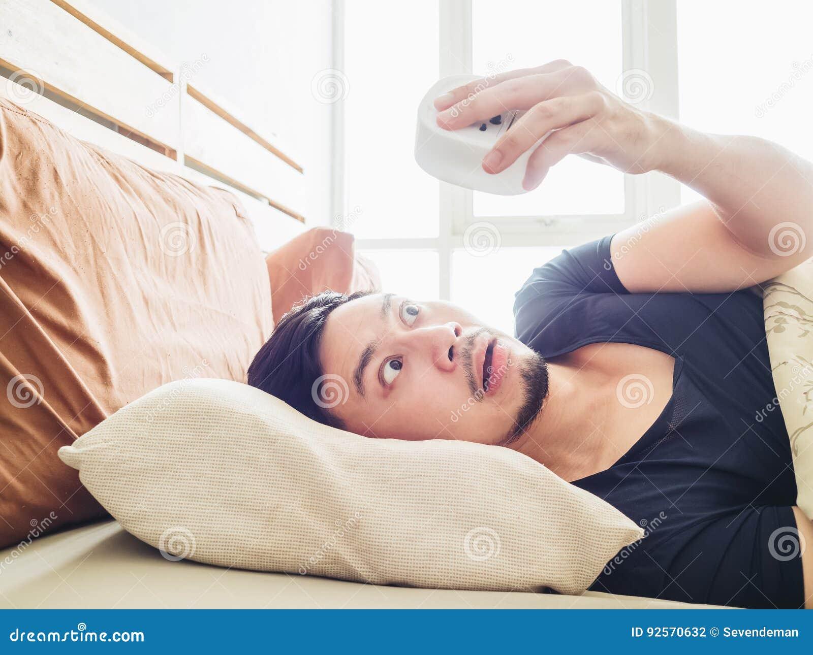 L uomo divertente sveglia tardi