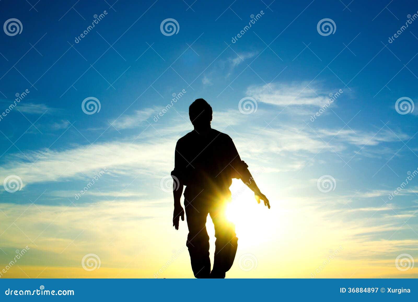 Download L'uomo ed il sole immagine stock. Immagine di pace, arancione - 36884897