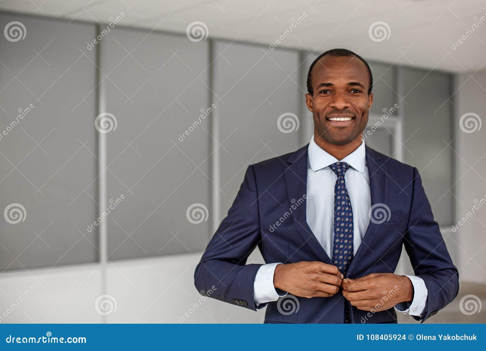 L uomo elegante sta esprimendo la letizia sul lavoro