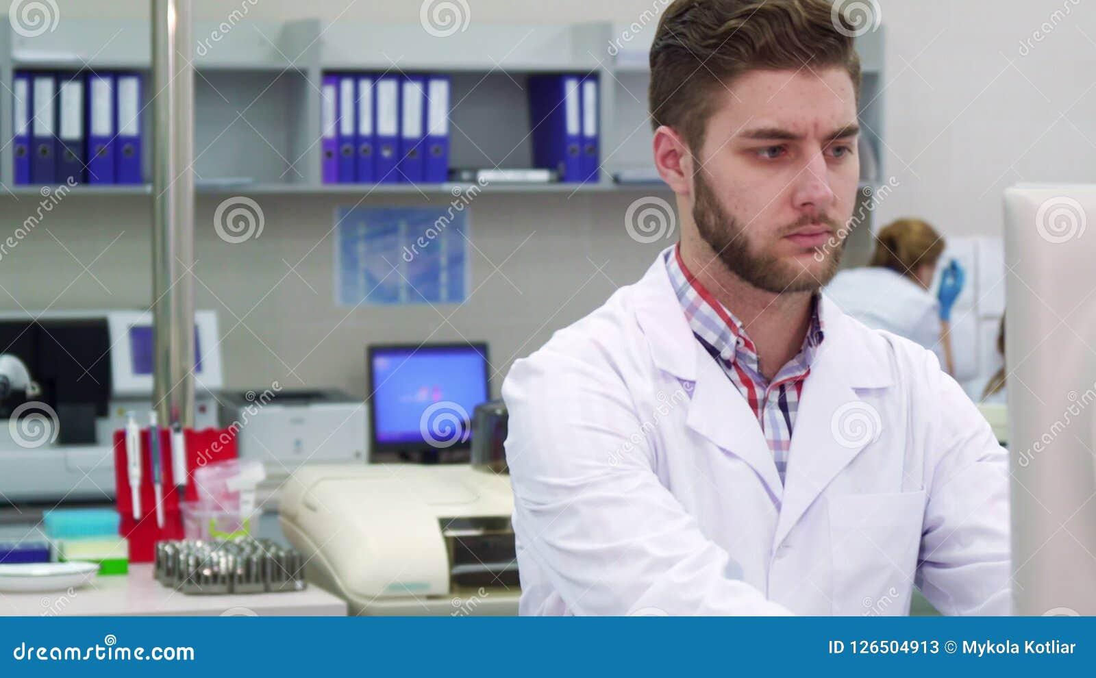 L uomo esamina il monitor il laboratorio