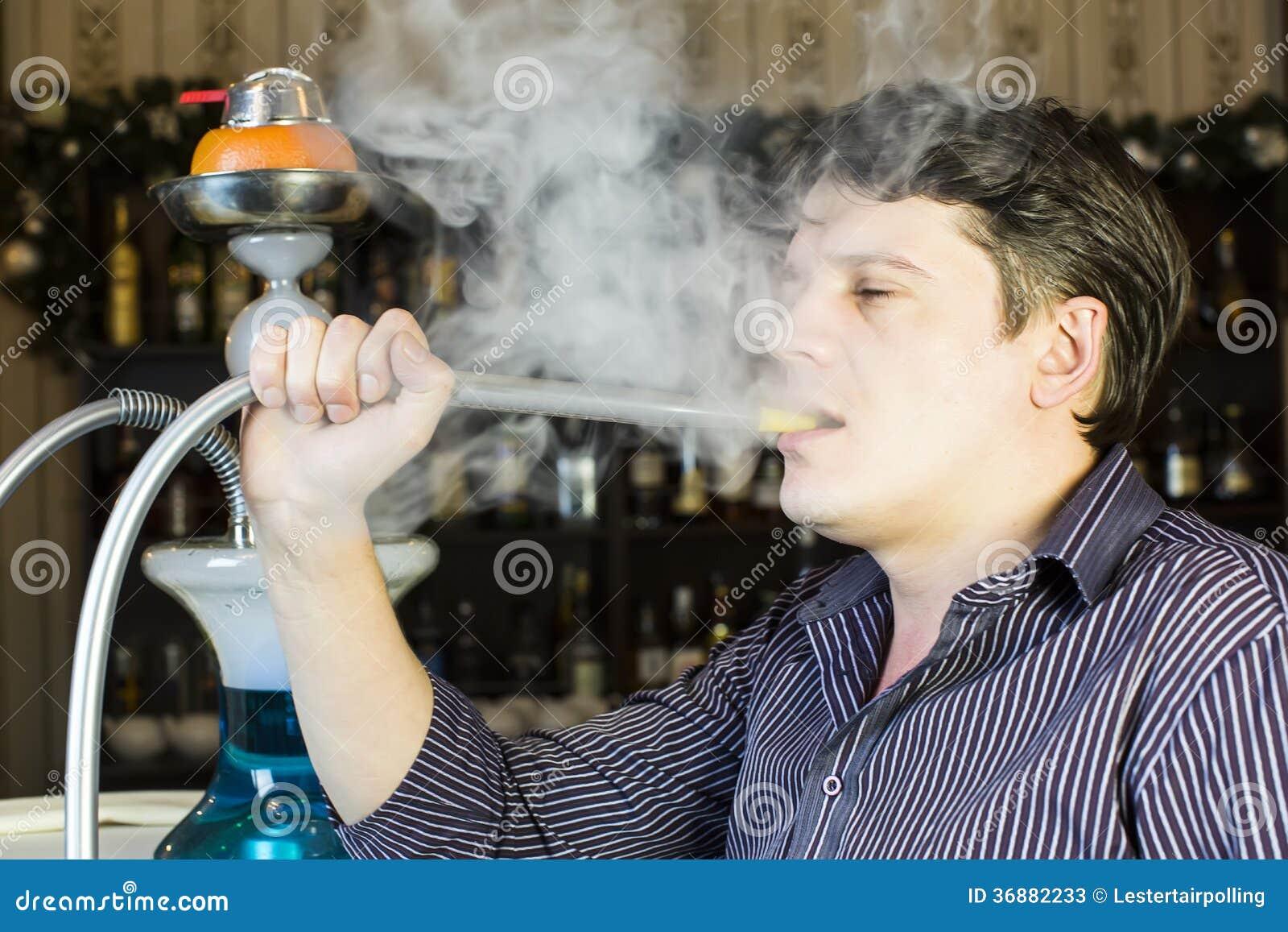 Download L'uomo fuma un narghilé immagine stock. Immagine di vapore - 36882233