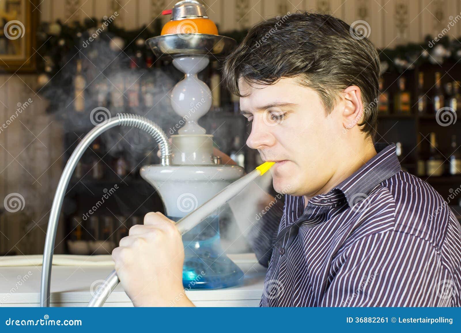 Download L'uomo fuma un narghilé immagine stock. Immagine di contemplation - 36882261