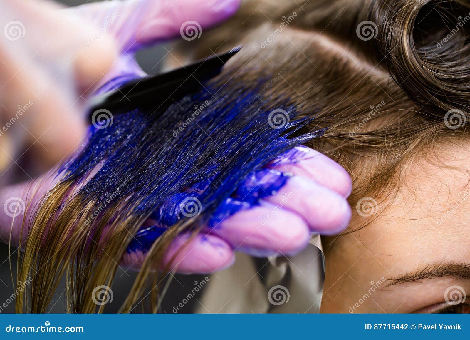 L uomo in guanti è colorfull blu lungo di morte dei capelli Salone di bellezza, barbiere