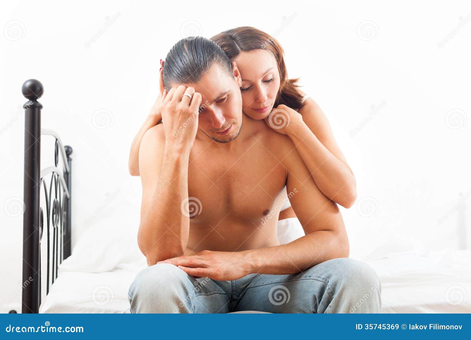 L 39 uomo ha fronte triste donna che lo consola sul letto in - Uomo leone a letto ...