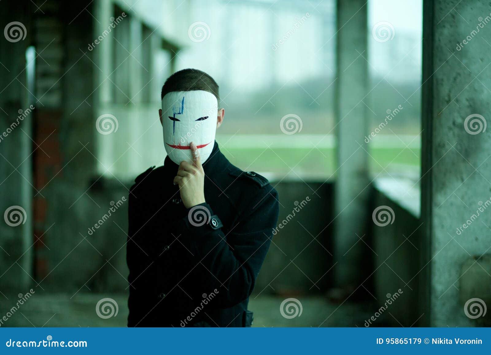 L uomo nel nero in una costruzione abbandonata nella maschera