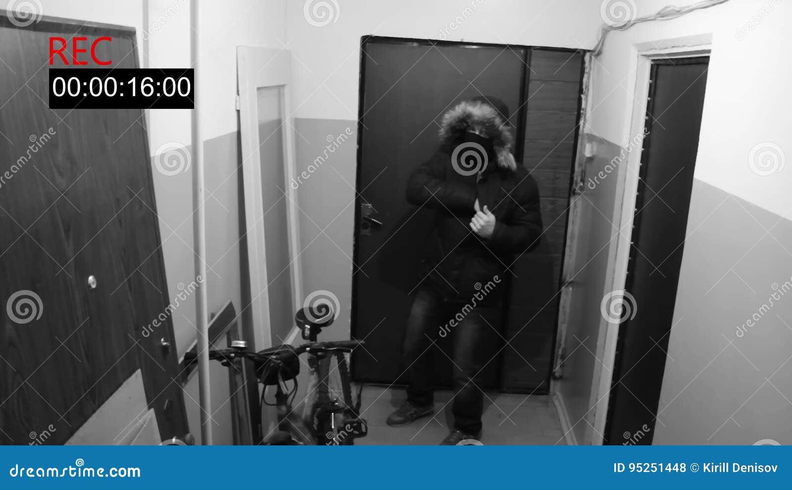 L uomo nella maschera roda la porta e spara la pistola nascosta della macchina fotografica
