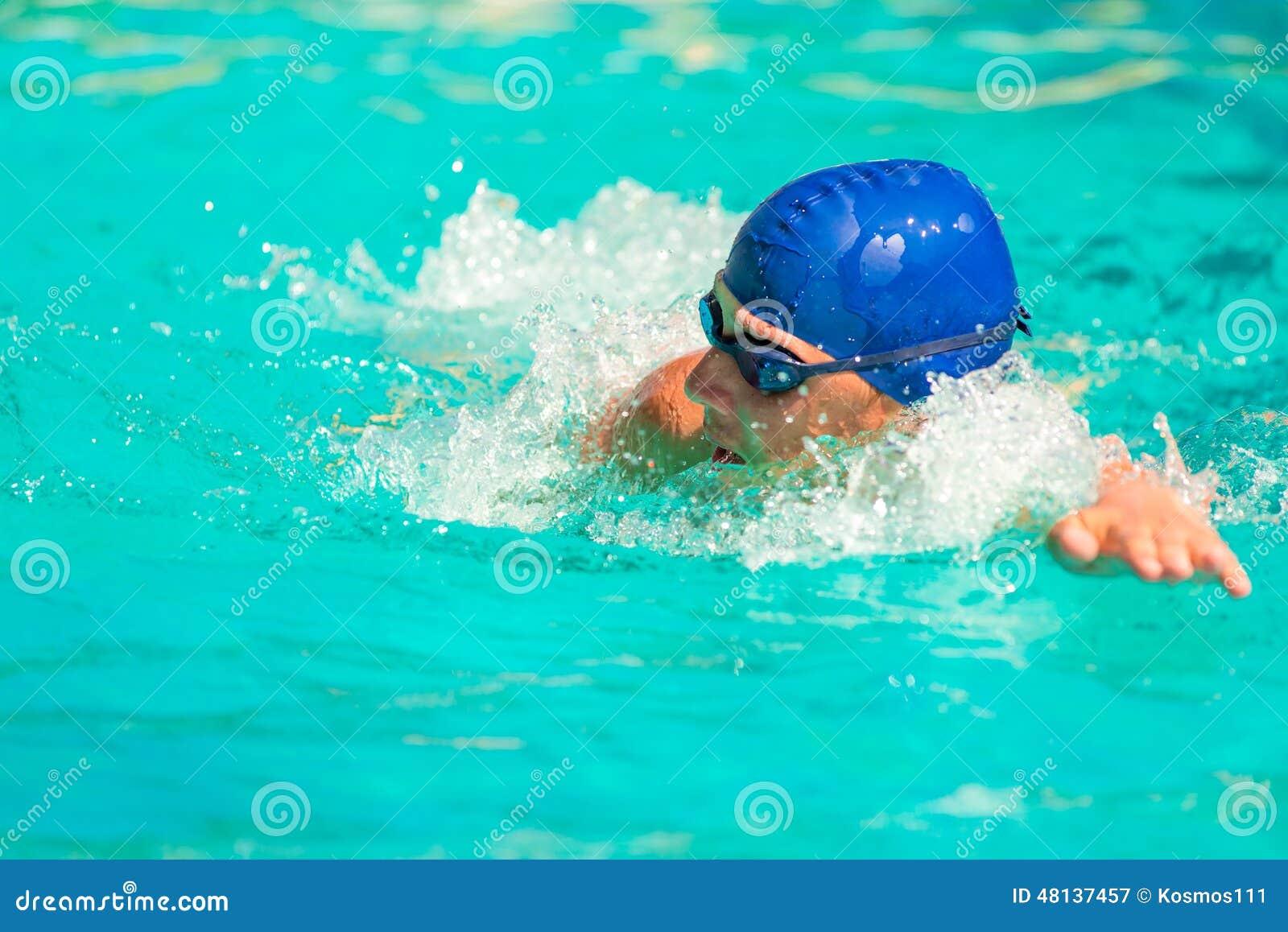 L uomo nuota rapidamente nello stagno