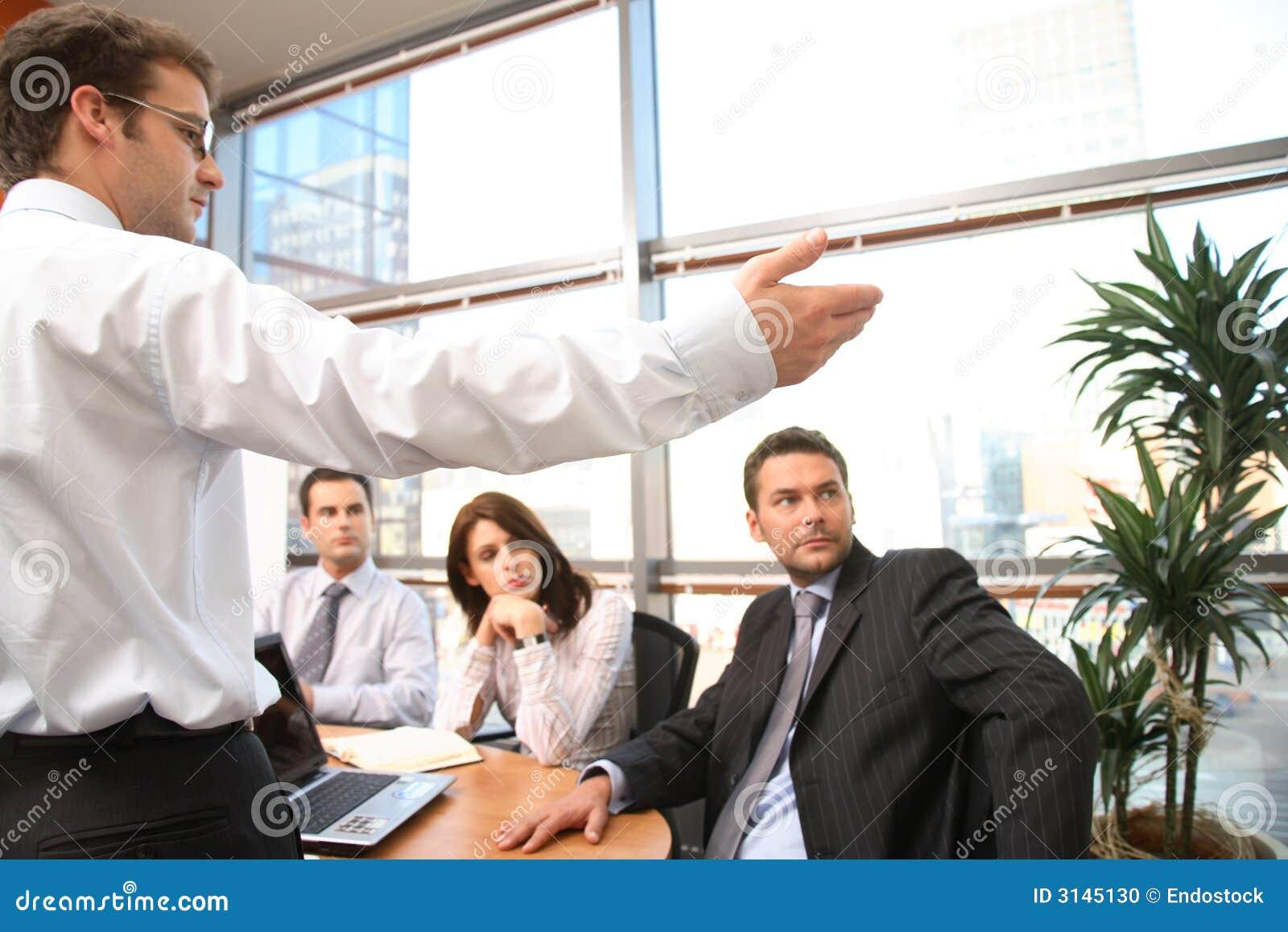 L uomo parla davanti alla squadra