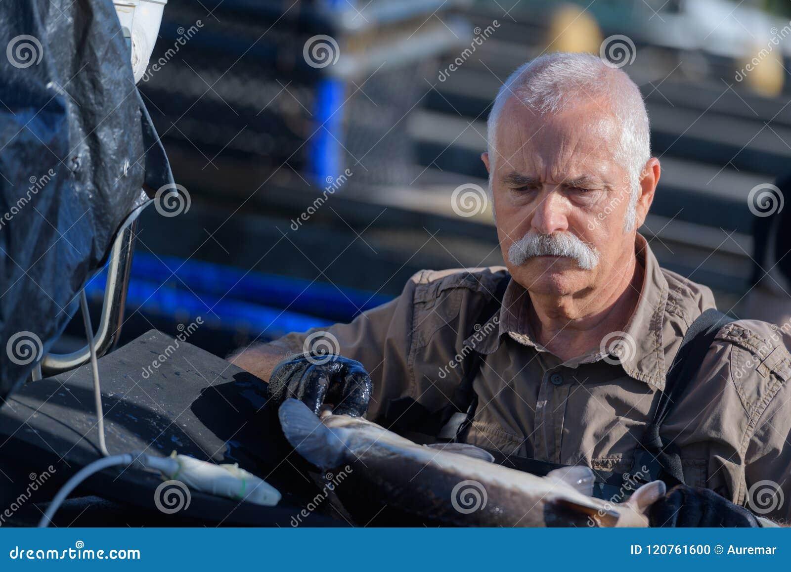L uomo senior monta la serra