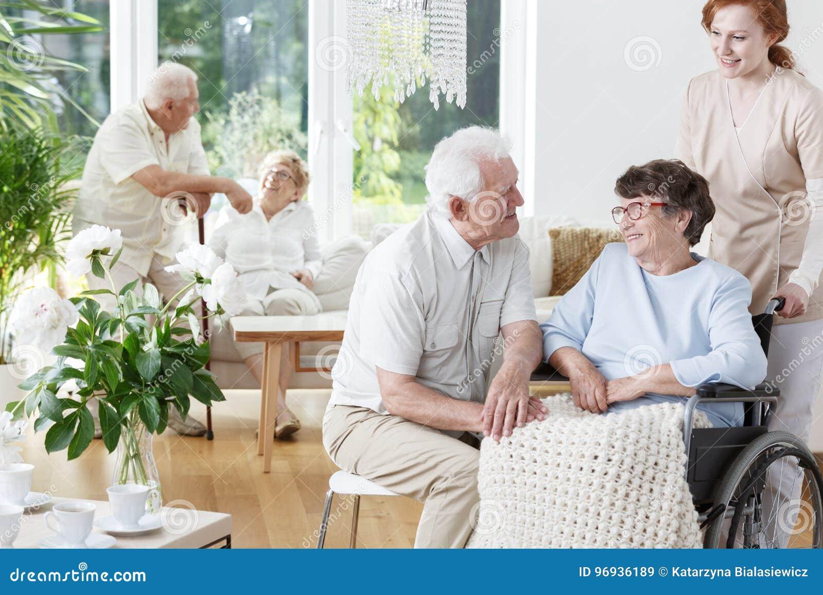 L uomo senior visita la sua moglie sorridente