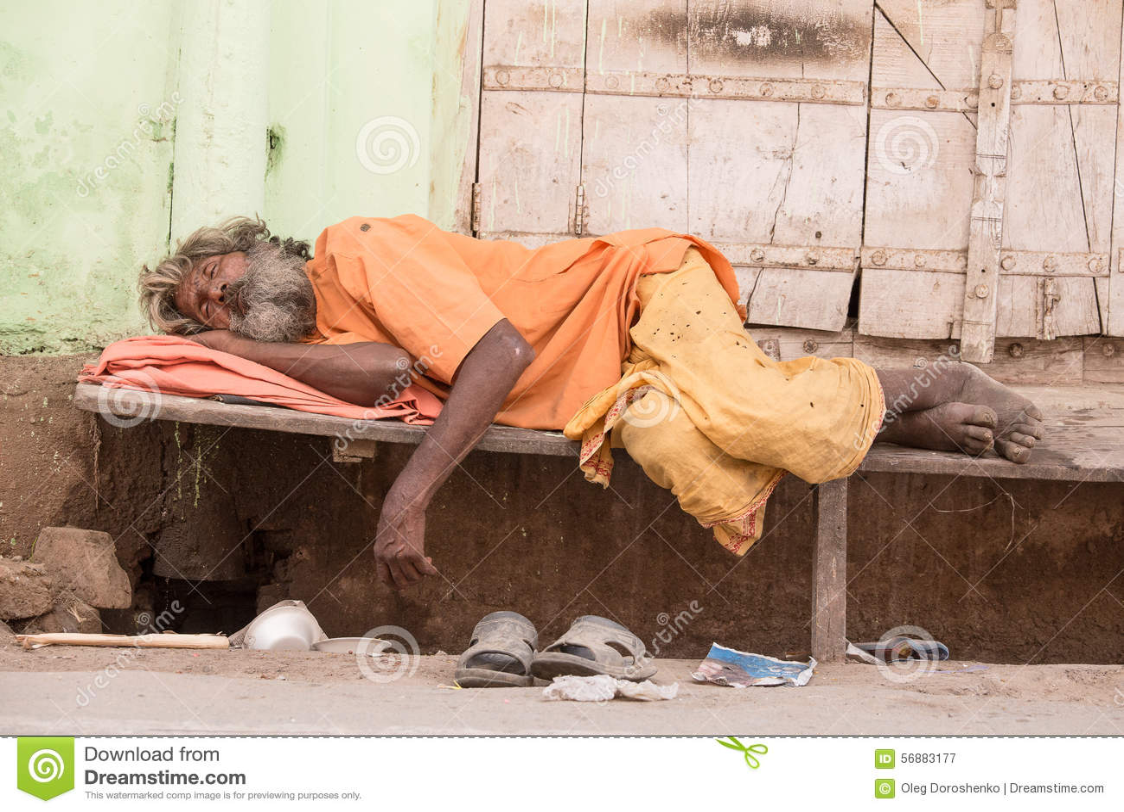 L uomo senza tetto indiano dorme vicino al ghat lungo il lago sacro Sarovar