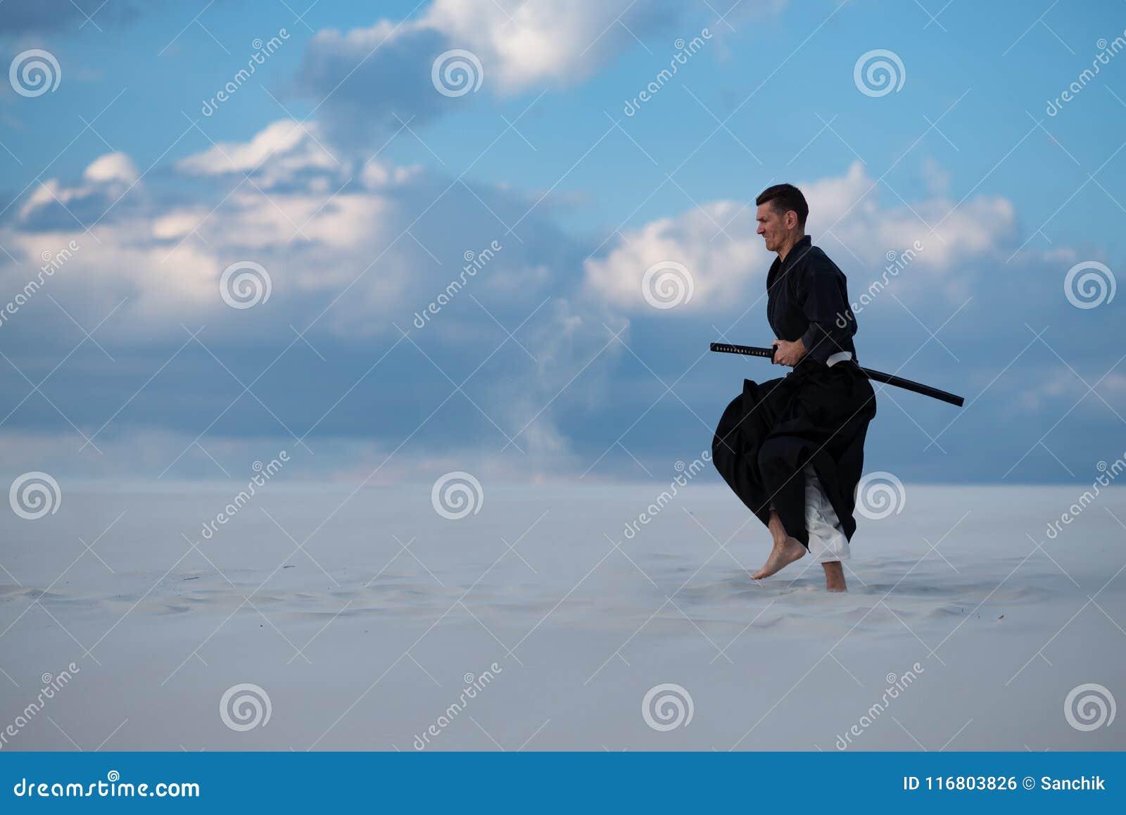 L uomo sta preparando le arti marziali in deserto