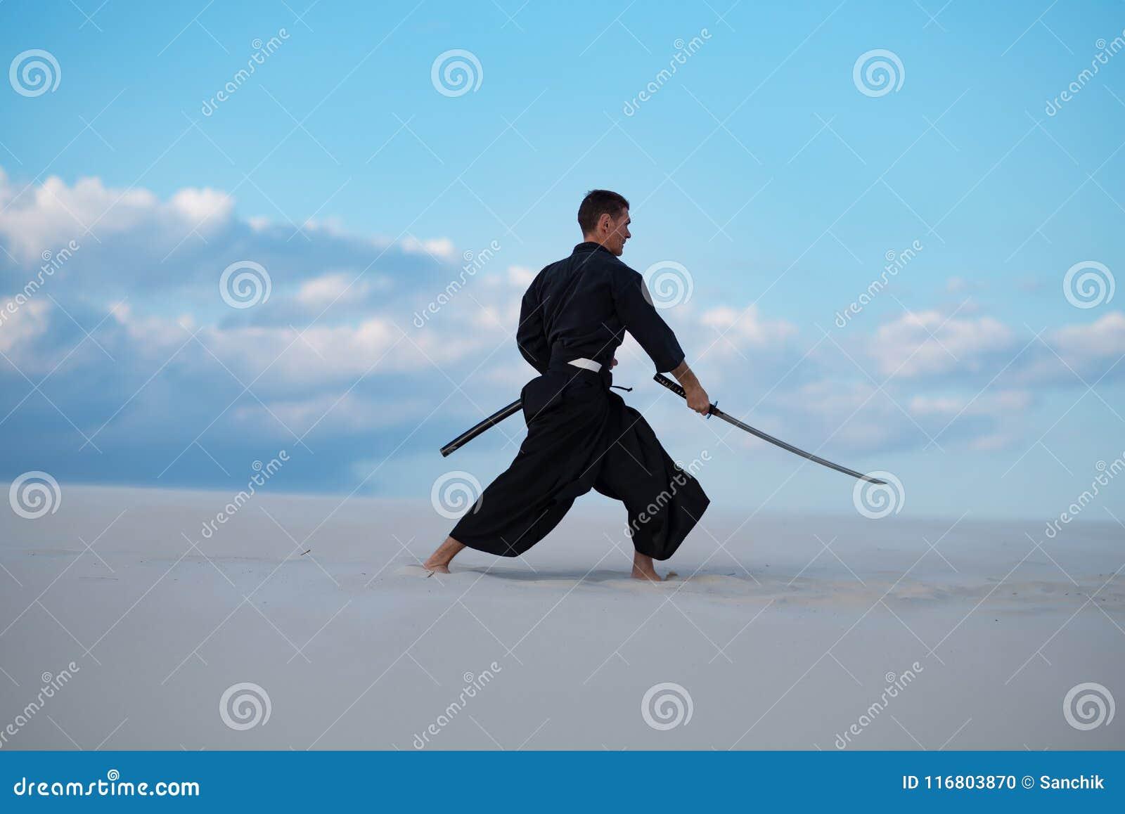 L uomo sta preparando le arti marziali giapponesi in deserto