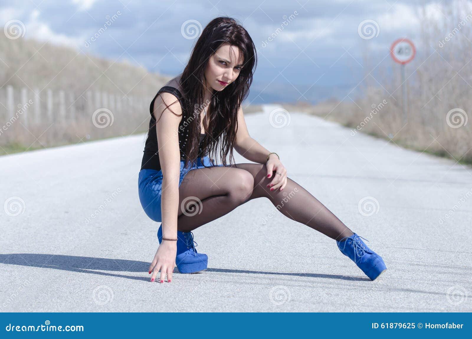La fille bleue renvoie des clips