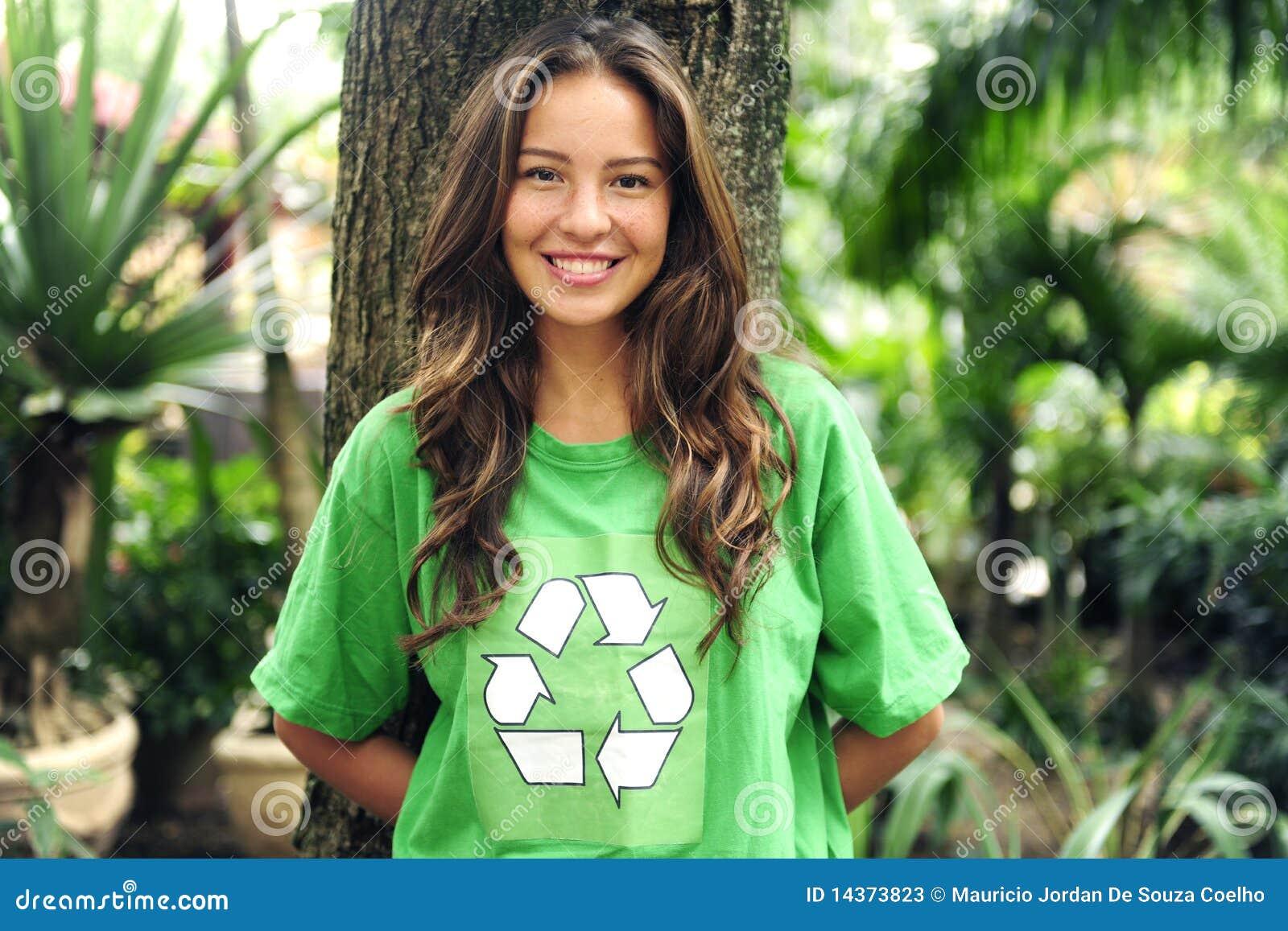 L uso ambientale dell attivista ricicla la maglietta